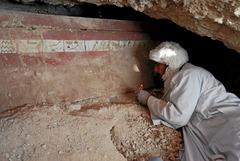 CAI03. LUXOR (EGIPTO), 18/02/08.- Un arqueólogo trabaja junto al ataúd que ha sido hallado, por un equipo dirigido por el arqueólogo del Consejo Superior de Investagaciones Científicas (CSIC) José Manuel Galán, dentro de una tumba intacta perteneciente a un arquero de alto rango del imperio egipcio que tiene 4.000 años de antigüedad. El hallazgo se enmarca en la séptima campaña del Proyecto Djehuty, cuyos integrantes investigan las tumbas de Djehuty y de Hery, localizadas en la orilla oeste de Luxor (Egipto), en la necrópolis Dra Abu el-Naga. EFE ***SÓLO USO EDITORIAL***