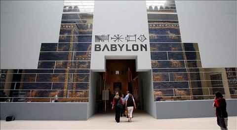 visitantes-cruzan-la-puerta-del-museo-pergamon-de-berlin-en-la-que-se-ve-reflejada-la-puerta-ishtar-hoy-25-de-junio-de-2008