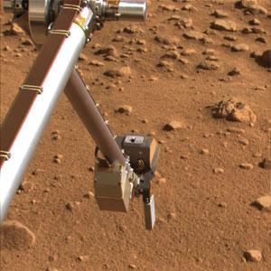 El brazo de la 'Phoenix' se prepara para recoger muestras en Marte. (Foto: NASA)