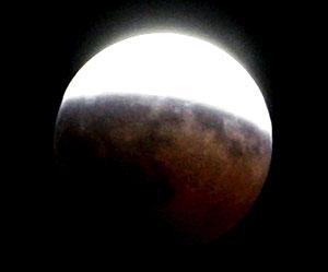El eclipse parcial de Luna, a las 22:50 horas. (Foto: EFE)