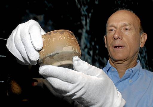 Franck Goddio sujeta la vasija. (Foto: Bernardo Díaz)