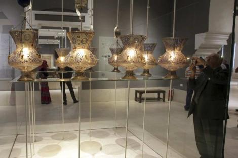 Un hombre visita en el Museo Islámico de El Cairo, el día previo a su reapertura. | Efe