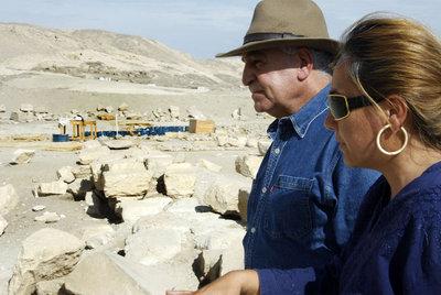 Myriam Seco conversa en Luxor con Zahi Hawass, secretario general del Consejo Superior de Antigüedades egipcio. Inscripción de Tutmosis III. / JOAQUÍN ROLDÁNJ. R.