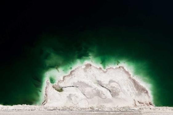 Aguas con residuos de fosfoyesos de una fábrica de fertilizantes químicos. | Fotos: H. Garrido.