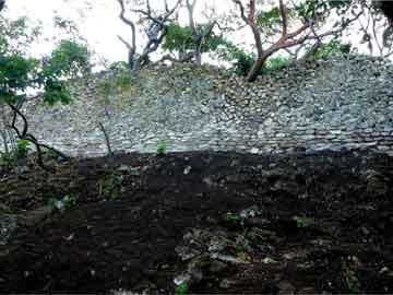 El muro circunda basamento piramidal, plataformas y un juego de pelota.