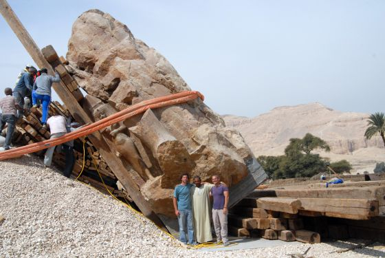 Trabajos de levantamiento del tercer coloso en el recinto del templo funerario de Amenofis III en Luxor