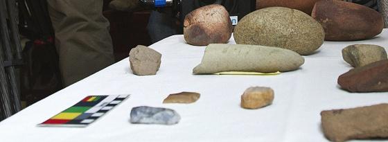 Imágenes de herramientas y restos de cerámicas que constatan que Doñana fue un espacio habitado hace unos 5.500 años. / JULIÁN PÉREZ (EFE)