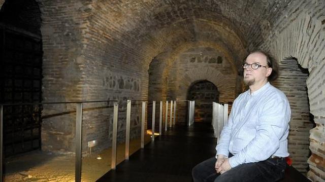 luna revenga Jean Passini en el sótano de la antigua casa de Samuel Ha Leví