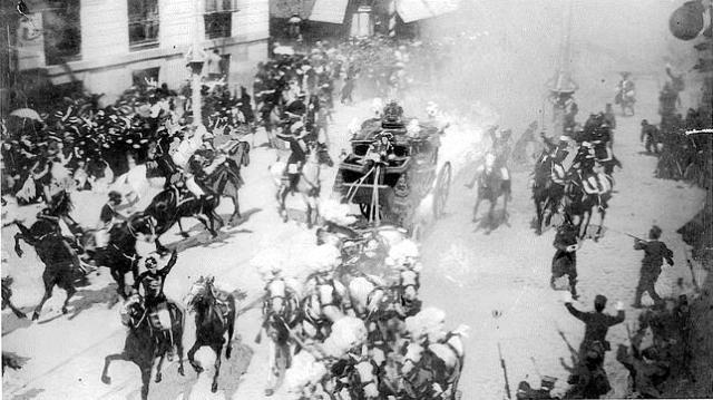 ABC La fotografía del atentado contra los Reyes Alfonso XIII y Victoria Eurgenia, tomada por Mesonero Romanos en 1906