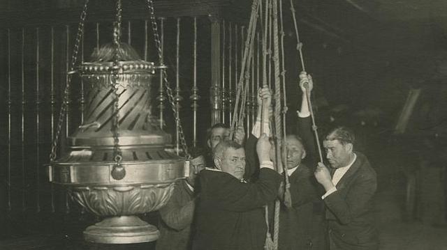ARCHIVO ABC Tiraboleiros en 1931 Cinco tiradores sostienen el botafumeiro alcomienzo de los años 30 del siglo pasado. La fotografía puede verse en la muestra conmemorativa de este diario en el Pazo de Fonseca de Santiago