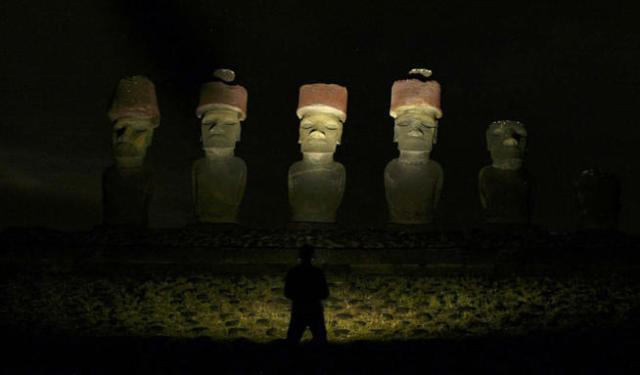 El 'pukao' de los moai tiene un característico color rojo proveniente de la roca volcánica con la que están hechos (Reuters)