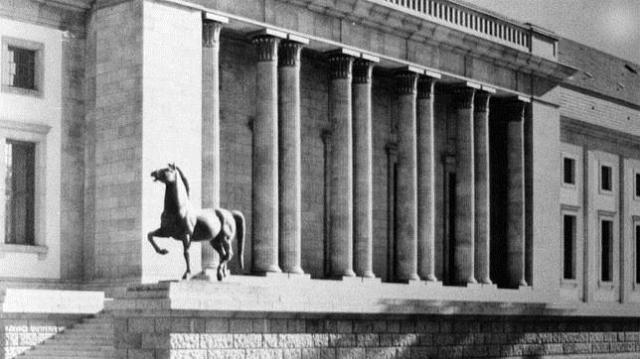 ABC Imagen de la cancillería de Hitler con uno de los caballos encontrados