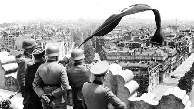 ABC Los nazis izando la bandera con la esvástica en el Arco del triunfo de París