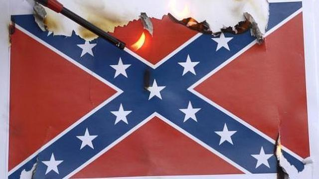 EFE Una bandera Confederada es quemada por activistas durante una protesta en Los Ángeles (EE.UU.)