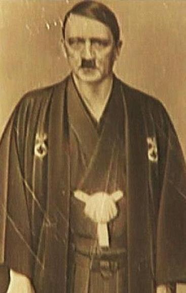DAILY EXPRESS Hitler, ataviado con un kimono en el que se aprecia una esvástica