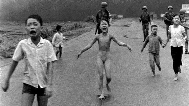 ap Kim Phuc huye de los bombardeos con napalm