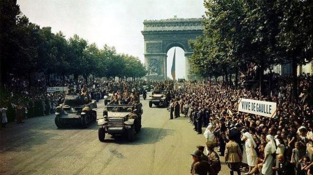 Biblioteca del congreso de EE.UU. Desfile de la 2.ª División Blindada por los Campos Elíseos, París, el 26 de agosto de 1944