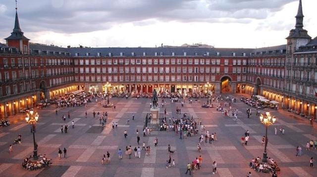 wikimedia Atardecer en la Plaza Mayor de Madrid