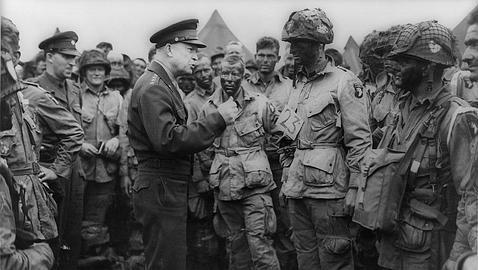 Eisenhower junto a varios miembros de la 101 Wikimedia