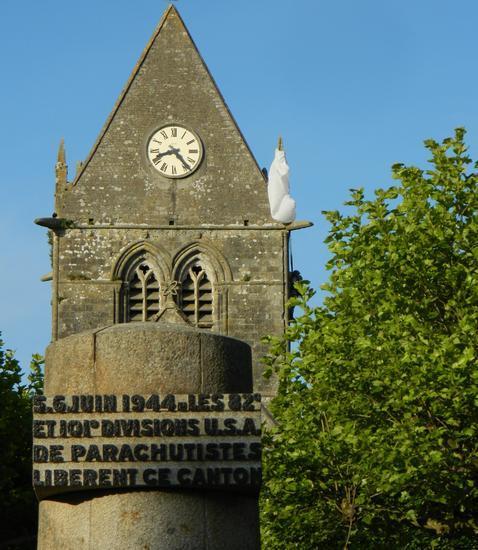Sainte Mere Eglise. Al fondo, la estatua dedicada al paracaidista de la 82 101 Airborne Girona Reenactment Group