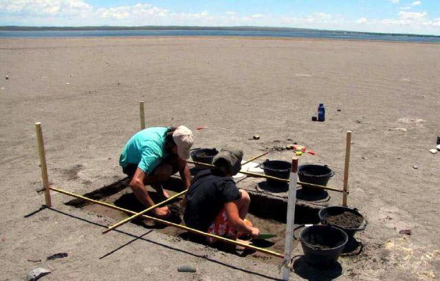 Arqueólogos realizan su trabajo, tomados por las cámaras de los realizadores de la productora Pol-Ka. |@ Gentileza
