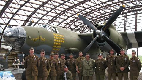 Miembros del grupo de recreación en el museo «Utah beach» 101 Airborne Girona Reenactment Group