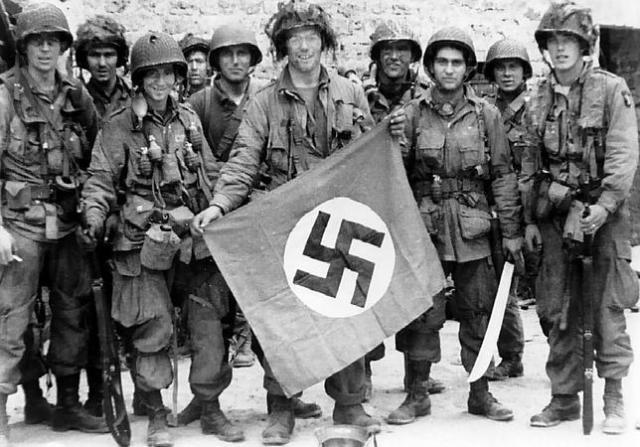 Wikimedia Varios miembros de la 101ª División Aerotransportada sujetan una bandera nazi robada
