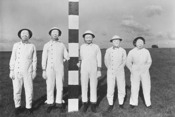 Como estos voluntarios para un ensayo con aerosoles de 1956, otros 21.000 participaron en el programa de guerra química y bacteriológica británico. / Imperial War Museums