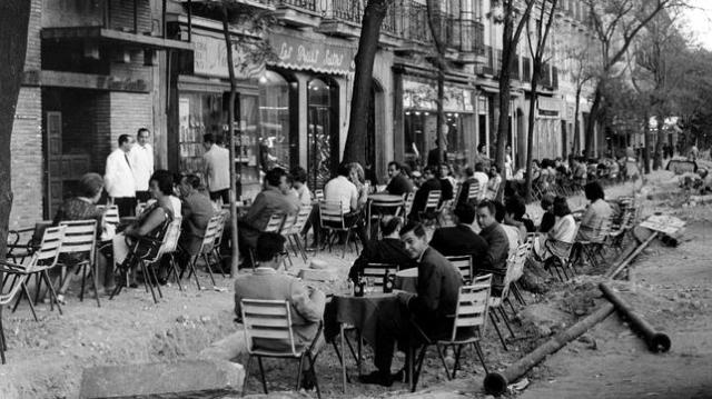 archivo Curiosa imagen de los años 50, con una terraza repleta de gente, a pesar de las obras en la calle de Serrano
