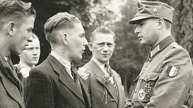 abc León Degrelle, a la derecha, como oficial de la Legión Valonia (unidad adscrita a las SS alemanas)