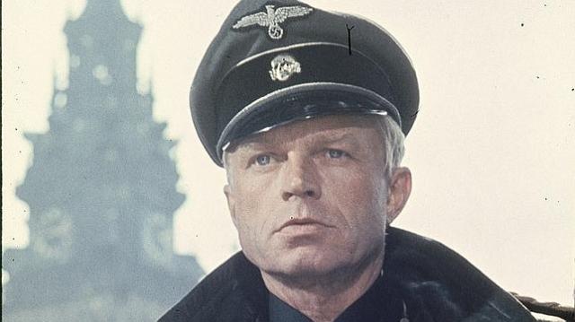 Hardy Krüger, en una escena de «Un puente lejano» (1977)