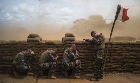 Soldados franceses en la trinchera en Bambari (República Centroafricana), verano de 2014. / Edouard Elias