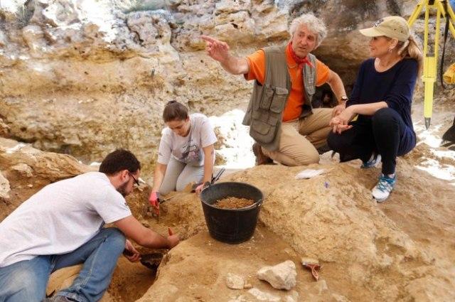 A la derecha, Cristina Cifuentes, presidenta de la Comunidad de Madrid, escucha las explicaciones del paleontólogo Juan Luis Arsuaga.COMUNIDAD DE MADRID
