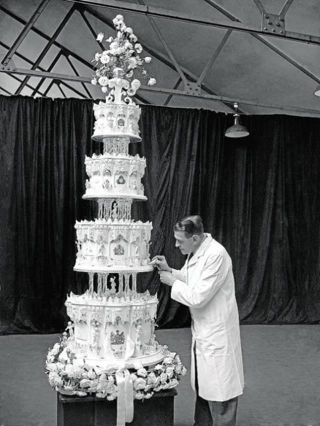ABC El repostero real preparando la tarta nupcial. Arriba, el trozo subastado