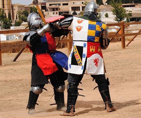 Dos caballeros, durante la exhibición en el castillo de Belmonte Manuel P. Villatoro