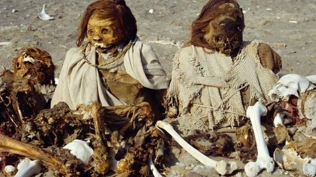 Charles Rennie/Robert Harding World Imagery/Corbis Restos Incas momificados en la cumbre de la montaña de Nazca.