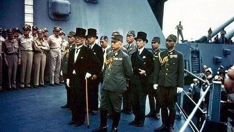 Los representantes de Japón en el USS Missouri antes de firmar la rendición (U.S. NATIONAL ARCHIVES)