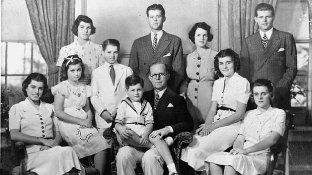 ap/boston globe/ archivo Rosemary, de pie, en la izquierda, al lado de su hermano Robert y John, en 1938, tres años antes de su lobotomía