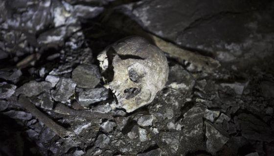 Restos óseos en una de las tumbas descubiertas. / RAFA GUTIÉRREZ