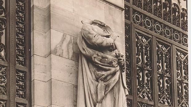Estatua de Lope de Vega decapitada, a la entrada de la Biblioteca Nacional - ABC