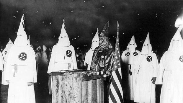 Miembros del Klan, junto a la bandera norteamericana - Wikimedia