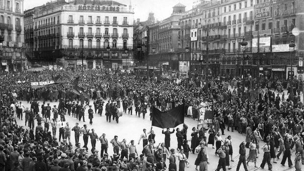 La Puerta del Sol, durante un acto conmemorativo de la Segunda República - ALBERO Y SEGOVIA