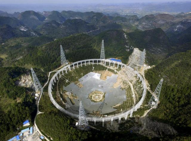 Obras de construcción del radiotelescopio FAST en Guizhou (China). REUTERS