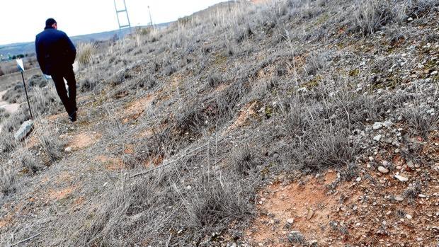José Antonio Domínguez, alcalde, muestra el lugar donde se han encontrado restos de tumbas visigodas - ERNESTO AGUDO