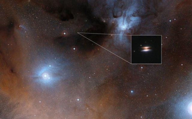 La región Rho Ophiuchi e, insertada, una ampliación del Platillo Volante. DIGITIZED SKY SURVEY 2 /NASA/ESA