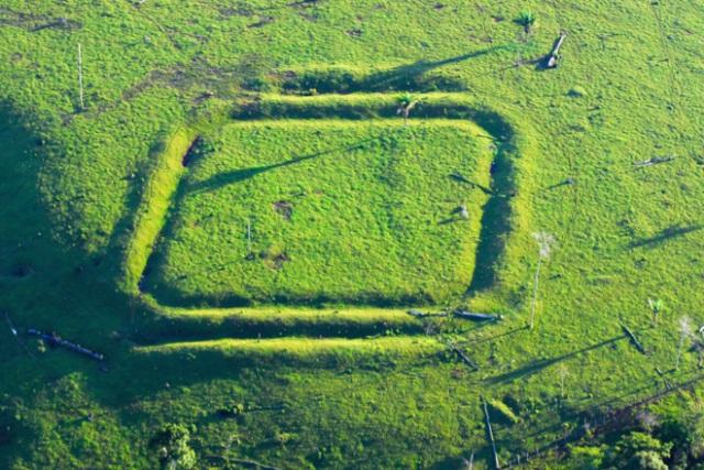 Una de las formas geométricas, en este caso cuadrada, descubiertas en la selva amazónica de Brasil. J. DE LA CAL