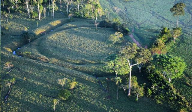 Uno de los geoglifos, en este caso un círculo enmarcado por un cuadrado, descubierto en el bosque amazónico de Brasil. J. C. C.