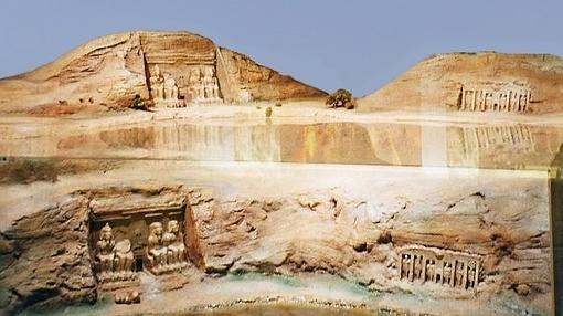 Maqueta a escala que muestra la ubicación original y actual del templo (con respecto al nivel del agua) en el Museo de Nubia, en Asuán.- WIKIPEDIA