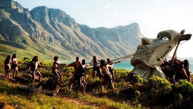Recreación del levantamiento de los moais de la isla de Pascua en la serie «La Humanidad» - Archivo