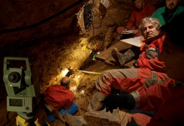 Juan Luis Arsuaga y sus colegas, excavando en la Sima de los Huesos. JAVIER TRUEBA/MSF